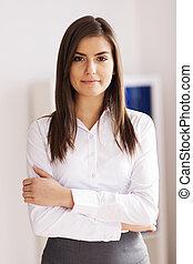 retrato, de, hermoso, joven, mujer de negocios, en, oficina