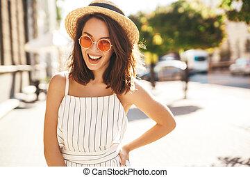 retrato, de, hermoso, lindo, rubio, adolescente, modelo, en, verano, hipster, ropa, posar, en la calle, plano de fondo