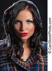 retrato, de, hermoso, mujer joven, con, chamarra de piel