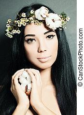 retrato, de, hermoso, mujer joven, con, flowers., perfecto, maquillaje, y, skin.