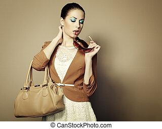 retrato, de, hermoso, mujer joven, con, un, carterade cuero