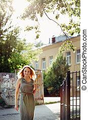 retrato, de, hermoso, mujer joven, en, el, city., verano, freedom.