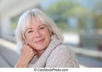 retrato, de, hermoso, mujer mayor