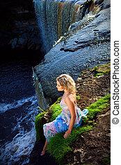 retrato, de, hermoso, niña, el gozar, belleza, de, naturaleza, en, borde, de, precipicio, de, río, cascadas, en, temprano, verano, mañana