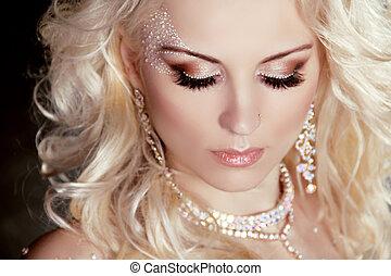 retrato, de, hermoso, rubio, niña, con, componer, y, rizado, hair., joyas, y, beauty.