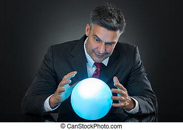 retrato, de, hombre de negocios, pronosticando, futuro, con, bola de cristal