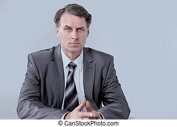 retrato, de, hombre de negocios, sentado, en, el, escritorio