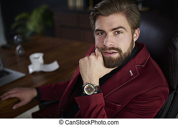 retrato, de, hombre de negocios, sentar escritorio