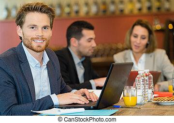 retrato, de, homem, em, cafn©, usando computador portátil