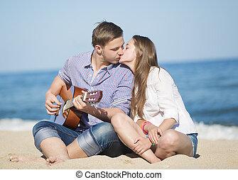 retrato, de, homem jovem, e, mulher, ligado, um, praia, e, guitarra