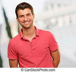 retrato, de, homem jovem, sorrindo