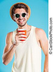 retrato, de, homem sorridente, em, chapéu, e, óculos de sol, café bebendo