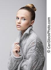 retrato, de, jovem, bonito, mulher, em, tricotado, woolen, cinzento, jersey