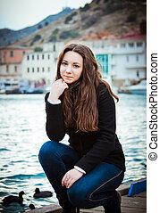 retrato, de, jovem, charming, morena, menina, ligado, a, waterfront
