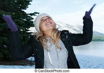 retrato, de, jovem, mulher bonita, ligado, inverno, ao ar livre, experiência.