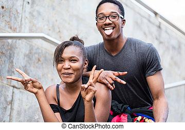 retrato, de, jovem, par americano africano, faces engraçadas fazendo, whi