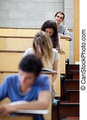 retrato, de, joven, estudiantes, escritura, en, un, anfiteatro