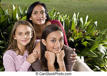 retrato de la familia, madre, con, dos, hermoso, hijas