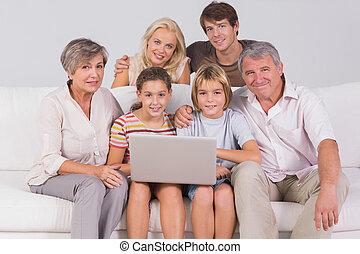 retrato de la familia, mirar cámara del juez, con, un, computador portatil
