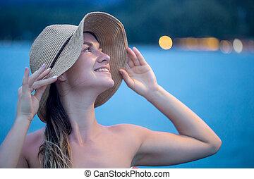 retrato de la muchacha, en, sombrero, en, el, tarde