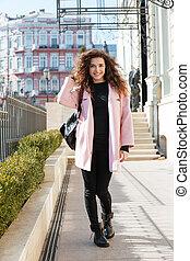 retrato de largo normal, de, el caminar de la mujer, en la calle