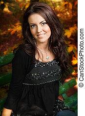 retrato, de, lindo, mujer joven, en, otoño, parque