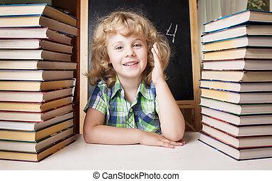 retrato, de, lindo, schoolgir, levantar la mano, astuto, la respuesta, a, el, pregunta