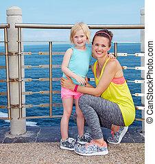 retrato, de, mãe criança, em, condicão física, equipamento, ligado, dique