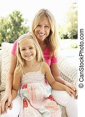 retrato, de, mãe filha, relaxante, ligado, sofá