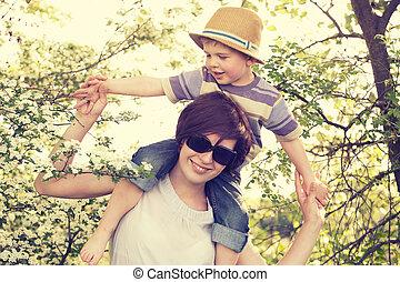 retrato, de, madre que juega, con, ella, hijo