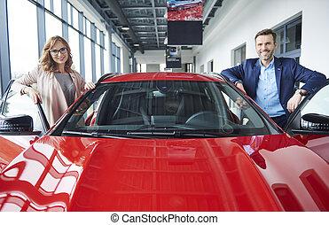 retrato, de, medio, pareja, con, coche rojo