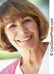 retrato, de, meio envelheceu, mulher sorri, em, a, câmera