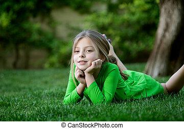 retrato, de, menininha, deitando, grama, em, verão, meio ambiente