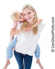 retrato, de, menininha, desfrutando, carona piggyback, com, dela, mãe