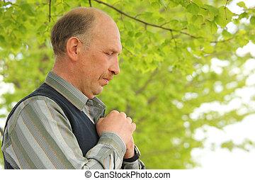 retrato, de, middle-aged, orando, homem, ao ar livre