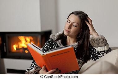 retrato, de, mujer hermosa, libro de lectura, por, chimenea