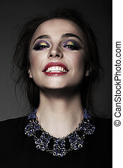 retrato, de, mujer joven, con, sonrisa dentuda