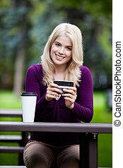 retrato, de, mujer joven, con, teléfono celular