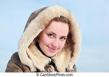 retrato, de, mujer joven, en, capucha