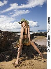 retrato, de, mujer joven, en, playa.