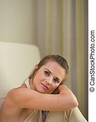 retrato, de, mujer joven, sentar sofá