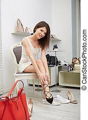 retrato, de, mujer, mantener, zapato de taco alto, en, centro comercial