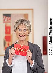 retrato, de, mujer mayor, tenencia, regalo, cupón