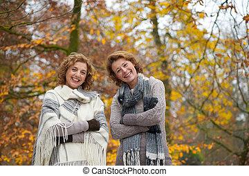 retrato, de, mujeres, amigos, en, otoño