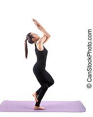 retrato, de, mulher asian, usar preto, terno corpo, sentando, em, ioga, meditação, posição, isolado, fundo branco