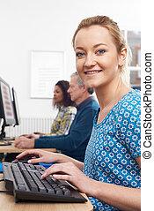 retrato, de, mulher, assistindo, classe computador
