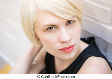 retrato, de, mulher bonita, com, cabelo curto