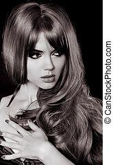 retrato, de, mulher bonita, com, longo, cabelo ondulado, foto preta branca