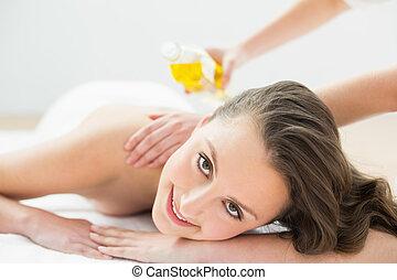retrato, de, mulher bonita, desfrutando, óleo, massagem
