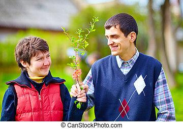 retrato, de, mulher feliz, e, homem, com, incapacidade, junto, ligado, primavera, gramado